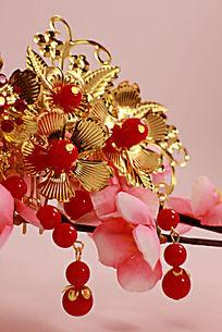 梅花上的金色新娘头饰特写