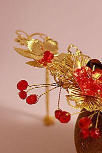 陶瓷罐上的金色宝珠流苏发钗