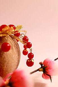 陶瓷罐上的金色发饰红珠