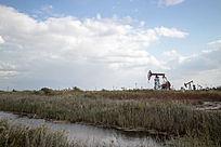 河流边的油井