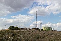 荒原上的注水站变电站
