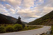 蓝天白云弯弯的道路