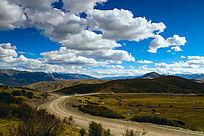 蓝天白云下的道路
