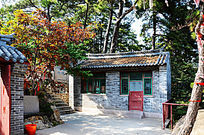 千山五龙宫护法殿门外小房与红叶的树