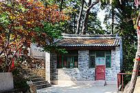千山五龙宫护法殿门外小房与绿叶的树