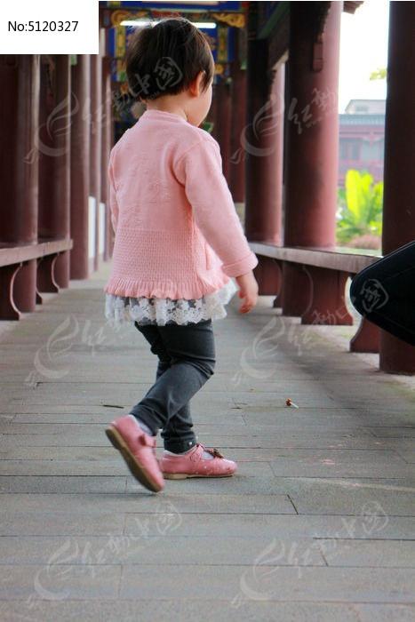 悠闲地小女孩背影