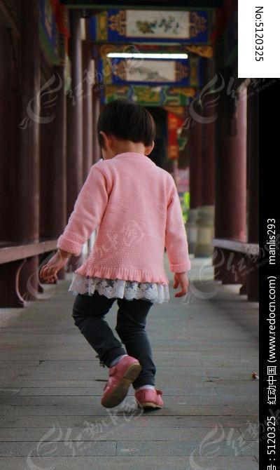 自娱自乐的小女孩背影