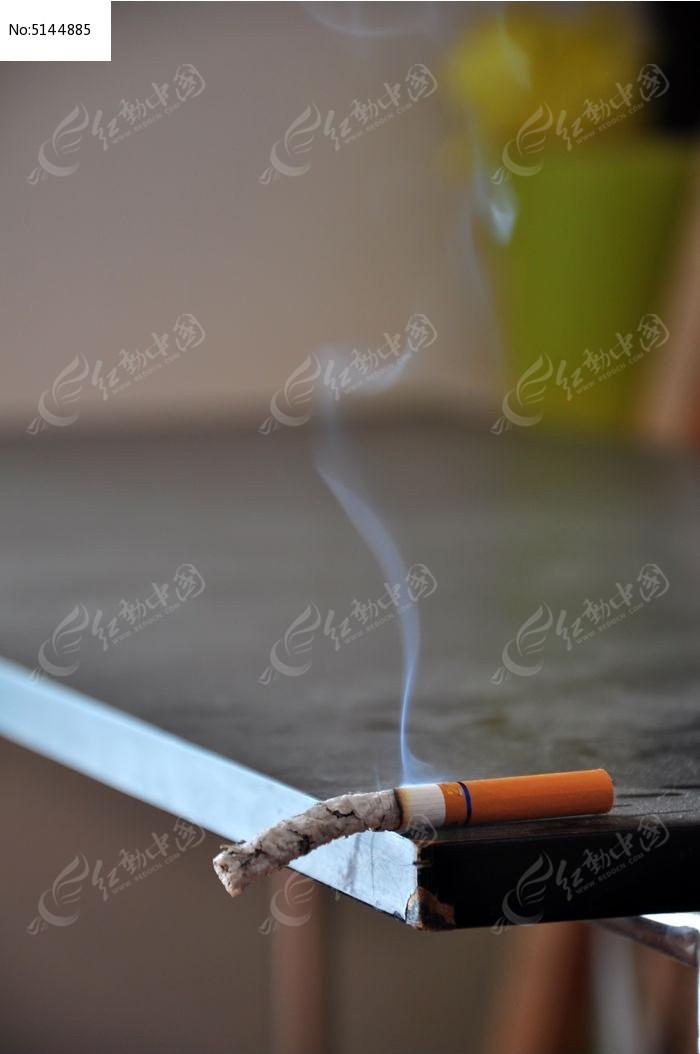 点燃的一支香烟图片