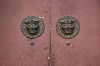 古建筑红色木门上的狮头门环