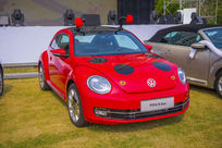 红色甲壳虫轿车