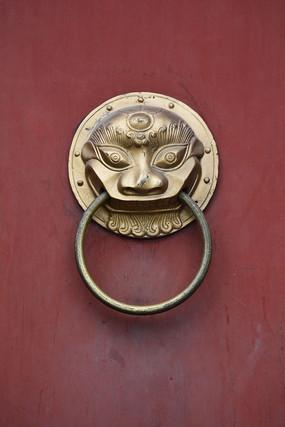 红色木门上的铜制门环特写