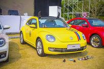 黄色会喝酒的甲壳虫汽车