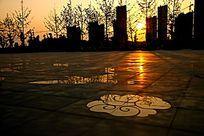 夕阳西下广场一角