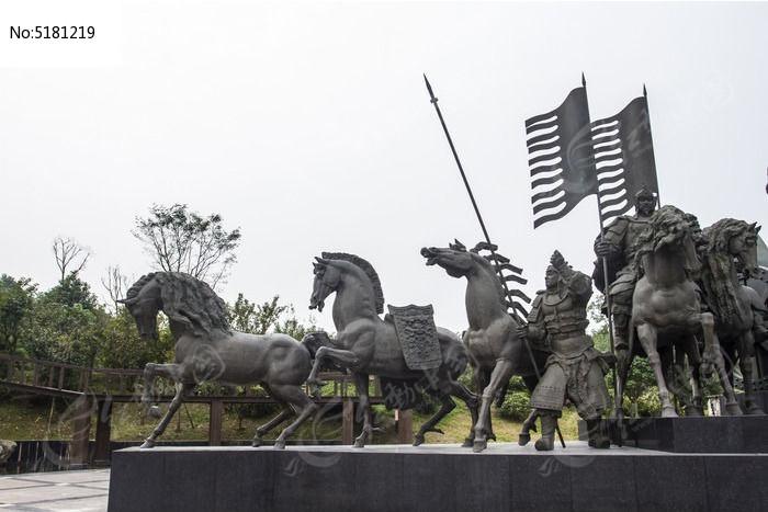 古代战马与盔甲士兵图片