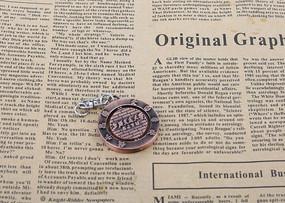 报纸上的钥匙扣