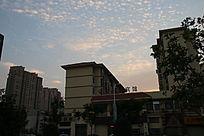 彩云下城市一角