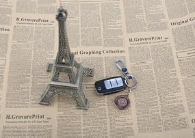 车钥匙报纸埃菲尔铁塔模型