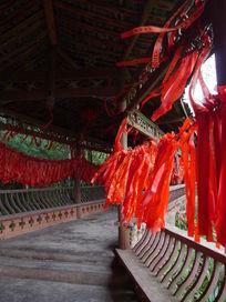 佛堂外祈祷的红绳