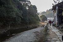 山村的河流与民居