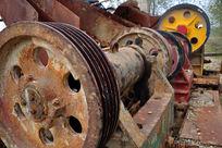 生锈的碎石机器