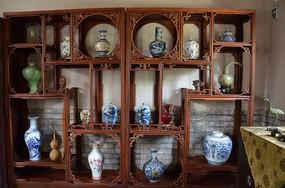 十笏园馆藏古董之博古架上的瓷器