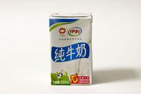 一盒伊利纯牛奶