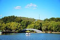 鞍山二一九公园劳动湖上的游艇