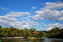 二一九公园里的摩天轮与满天的白云