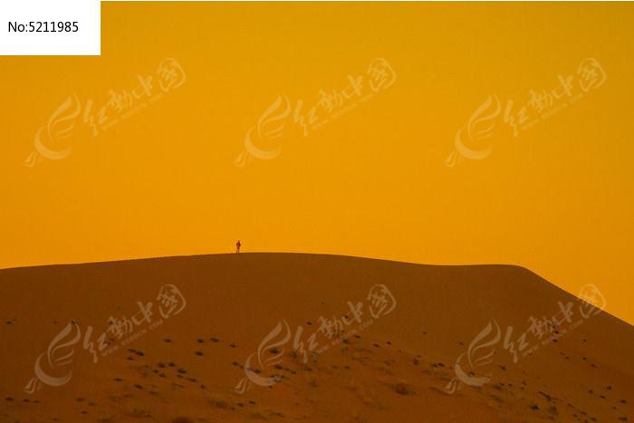 孤独的沙漠旅行者