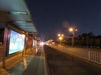 公交站台马路夜景