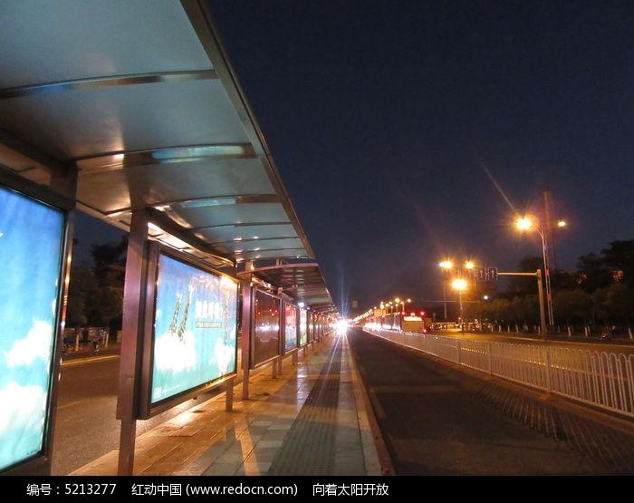 公交站臺夜景圖片