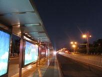 公交站台夜景
