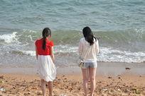 青岛海边沙滩上的两个女孩