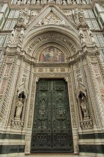 圣母百花大教堂大门近景