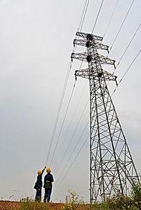 电力工人巡视电网线路