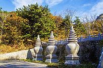 千山香岩寺佛塔右前方的叁座石塔