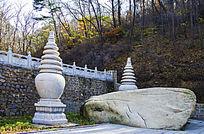 千山香岩寺佛塔左前方的两座石塔