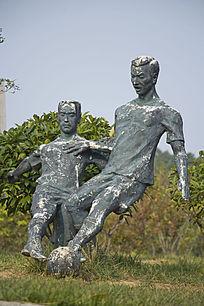 踢足球的雕塑