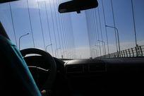 自驾行驶在大桥上