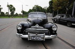 老式轿车近景图