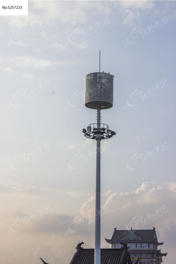 在信号塔顶拍照
