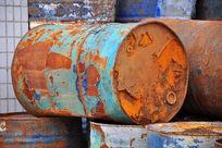 生锈的油桶