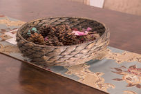 编织盒子里的松子壳