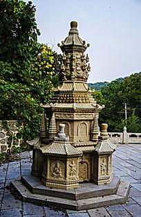 千山中会寺的佛塔与山林树木