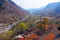 太行山区公路旁的村庄