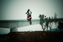 飞越的摩托车手