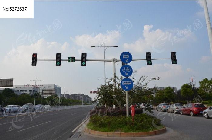 十字路口交通指示牌红绿灯柱子图片