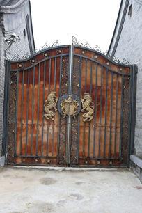 北京民居使用的欧式铁艺门