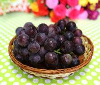 静物拍摄篮子中的葡萄