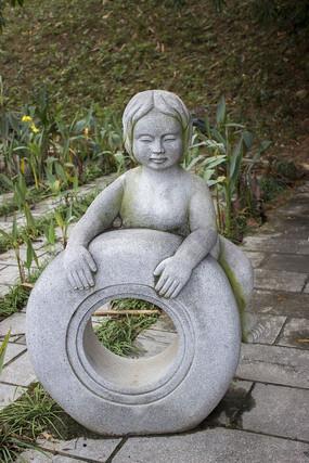 游泳圈小女孩雕刻